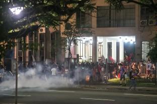 Reitoria da UFRGS também foi alvo de bombas de gás da Brigada Militar, na manifestação contra a PEC 241, realizada segunda-feira (24). (Foto: Guilherme Santos/Sul21)