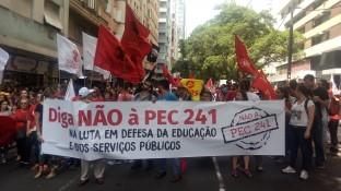 Comunidade da UFRGS, UFCSPA, IFRS e movimento estudantil trancam o trânsito na Borges de Medeiros.