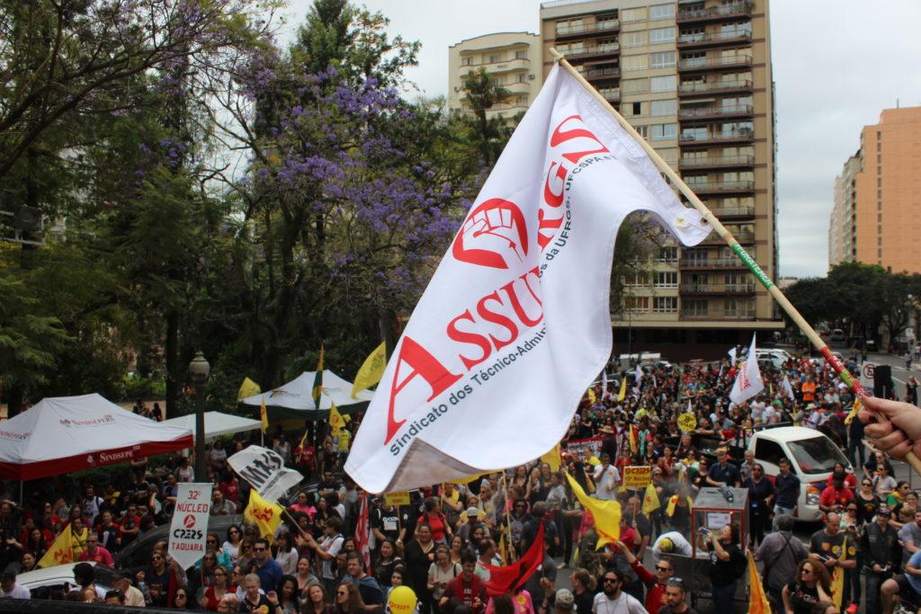 Técnicos da UFRGS, IFRS e UFCSPA participam da marcha em defesa da educação pública