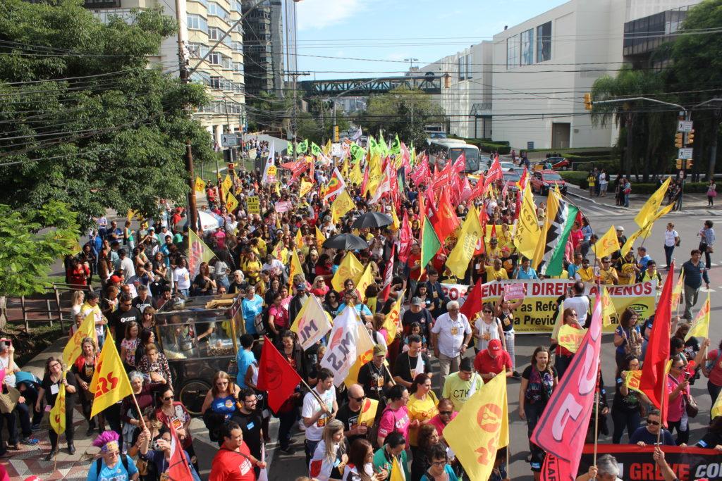 Milhares marcham nas ruas de Porto Alegre contra retirada de direito dos trabalhadores dos setores público e privado